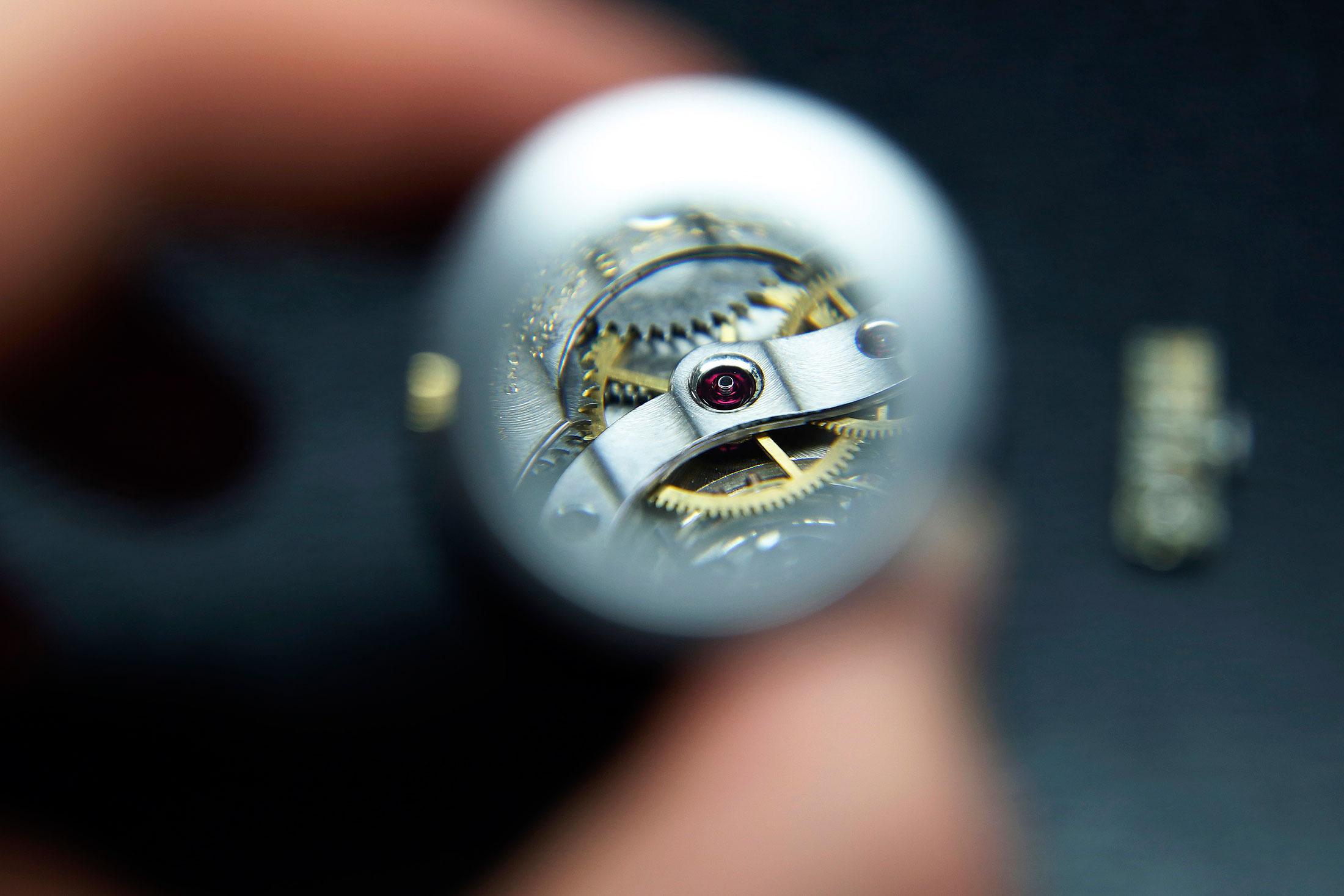 0200e96503c relojoeiro-executa-acabamento-a-mao-em-relogios-finos - Compro Ouro BH -  Venda seu ouro e joia e faça dinheiro. Compra de Ouro