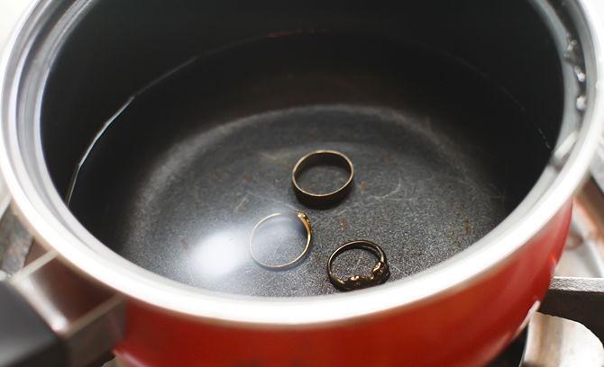 Limpar joias com água quente
