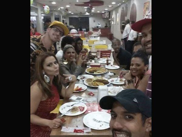 Viviane Araujo e amigos jantando durante vídeo sexo explicito