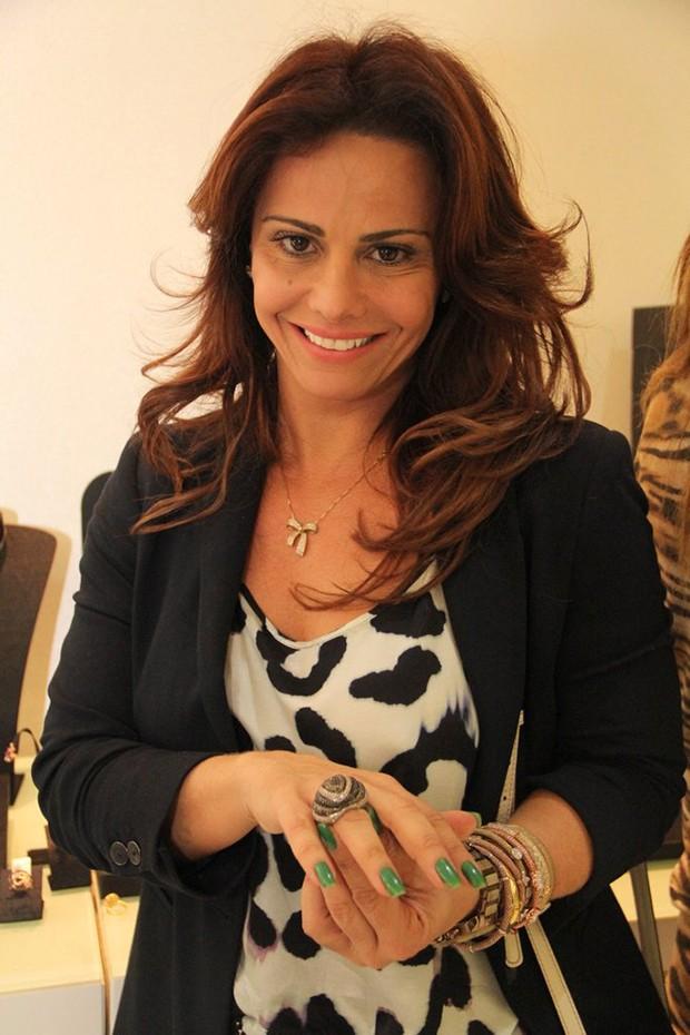 Viviane Araujo Compra Aneis avaliados em 50 mil