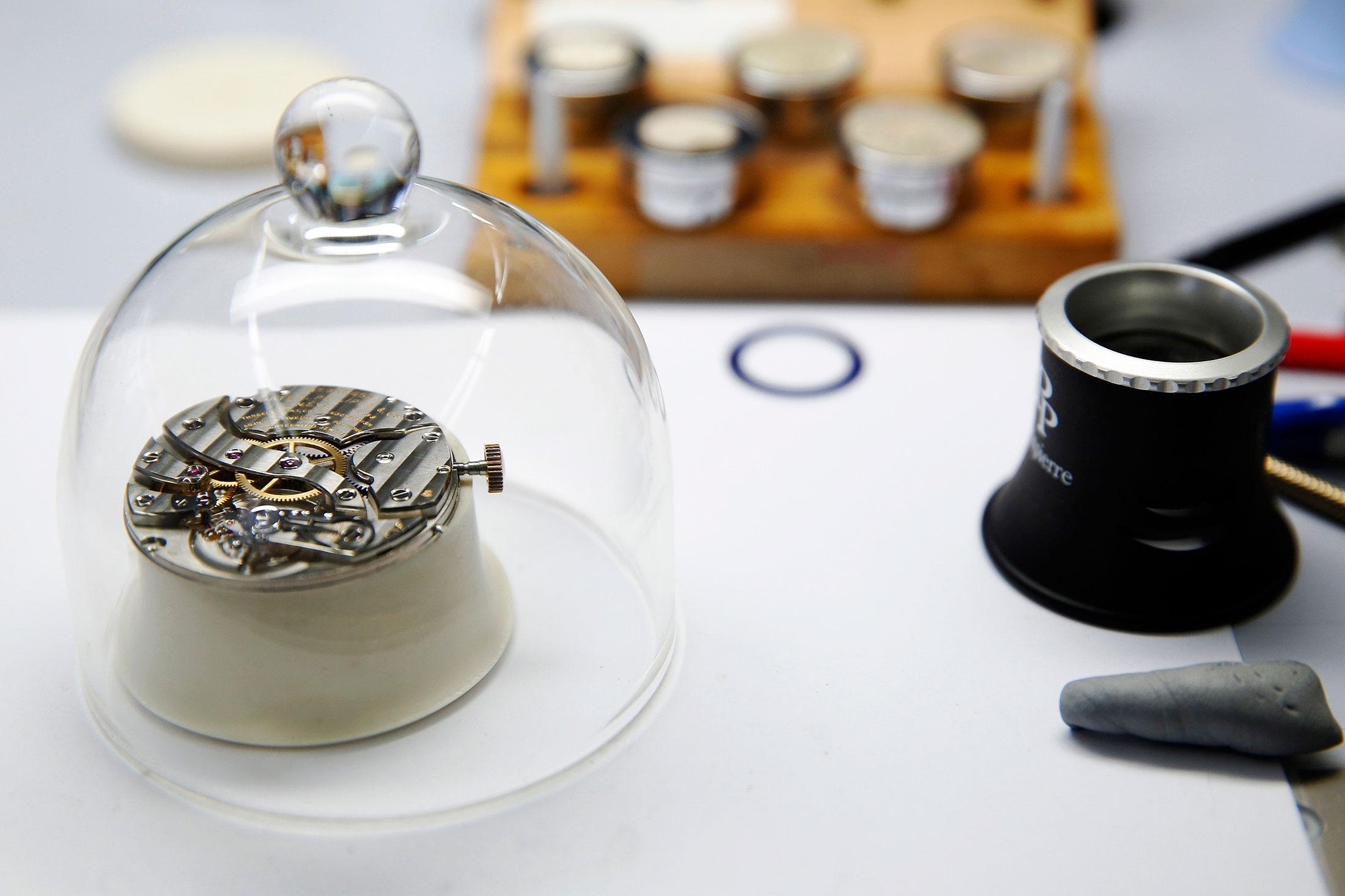 relojoeiro-preserva-a-maquina-de-um-patek-philippe
