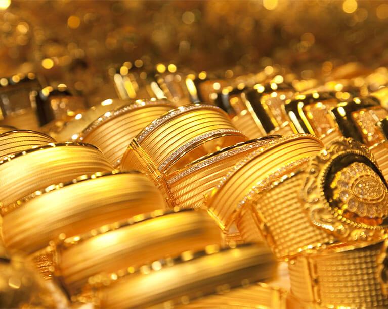 Diferença entre folheado e banhado a ouro: entenda!